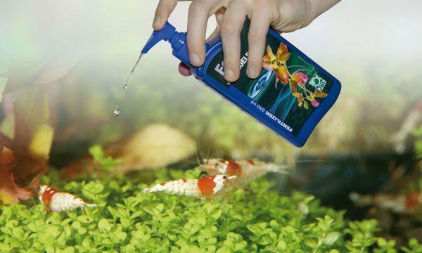 Dodanie nawozu do akwarium.